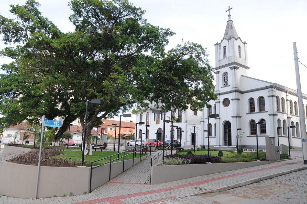Praça central e igreja matriz