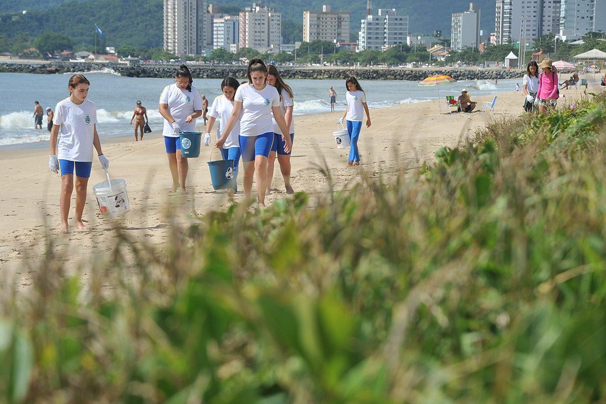 Mutirão de limpeza da praia (Piçarras)